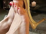 red toes playing