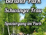 Schwangere Frau Spaziergang in Park