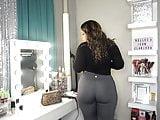 Latina mostrando su enorme culo