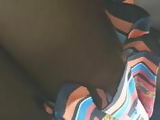 Paisita bajo falda en tanga