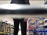 Im Spandex Anzug beim Einkaufen