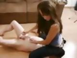Domina Sitzt Mit Ihrer Jeans Auf Dem Gesicht Des Sklaven...