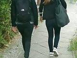 Zwei junge Girls in Jeans